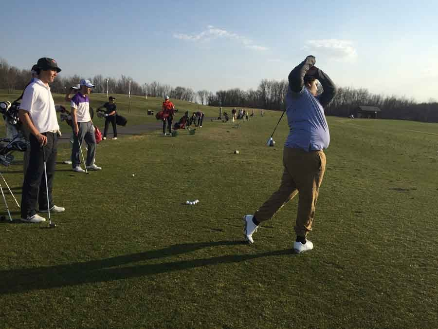 Sophomore+Mehdi+Duda+practices+his+long+game+at+the+driving+range+at+a+recent+practice.