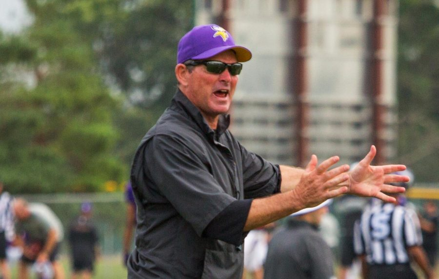 Minnesota+Vikings+head+coach+Mike+Zimmer+shouts+instructions+during+a+2014+training+camp.