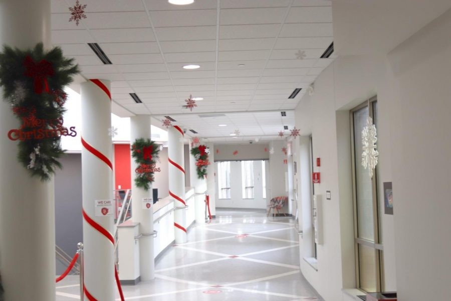 The+space+near+the+Atrium+is+festooned+with+garland+and+ribbon.