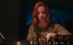 Beth Harmon (Anya Taylor-Joy) prepares for a chess tournament.